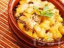 Рецепта Вкусни печени пилешки гърди на хапки с картофи и гъби в гювече на фурна